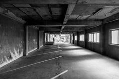 Öde konkret parkeringshus i svartvitt royaltyfri foto