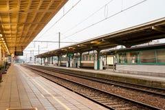 Öde plattform på drevstationen av Kortrijk Arkivfoton