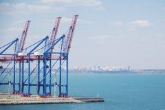 Öde portterminal i en hamn för ladda och offloading lastfartyg och frakter med rader av stora industriella kranar till lif Royaltyfri Foto