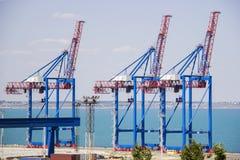 Öde portterminal i en hamn för ladda och offloading lastfartyg och frakter med rader av stora industriella kranar till lif Arkivbilder