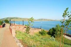 Öde promenad på sjön i sommar Royaltyfri Foto