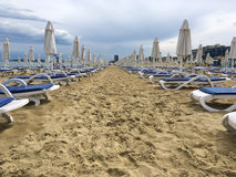 Öde sandig strand Royaltyfri Bild