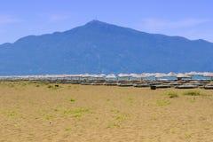 Öde sandig strand Royaltyfria Bilder