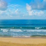 Öde sandig strand av Indiska oceanen I cumuluen för blå himmel Royaltyfria Foton
