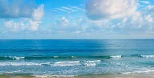 Öde sandig strand av Indiska oceanen I cumuluen för blå himmel Royaltyfri Fotografi