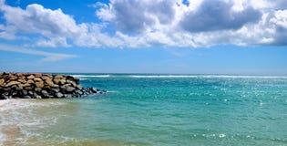 Öde sandig strand av Indiska oceanen I cumuluen för blå himmel Royaltyfria Bilder
