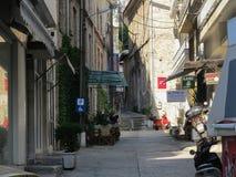 Öde sida-gata med ett parkera tecken för handikappade personer Grekland Kavala - Sertember 10, 2014 fotografering för bildbyråer