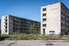 Öde sovjetiska flerfamiljshus i Skrunda, Lettland arkivbild