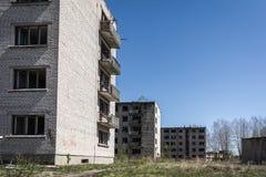 Öde sovjetiskt sov- område i Skrunda, Lettland arkivbilder