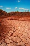 Öde sprucket jord som öppen-gjutas nära i Kryvyi Rih Royaltyfri Foto