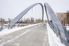 Öde stålspång på en snöig dag Arkivfoto