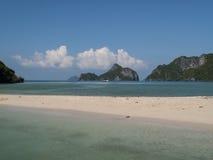 Öde strand i golfen av thailand Arkivfoton