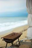 Öde strand i höst arkivfoto