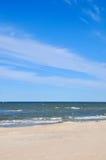 Öde strand i Palanga Litauen Gul sand på det near blåa havet för strand Rekreation havsloppet, kryssning och kopplar av begrepp Royaltyfria Foton