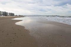 Öde strand i vintern i semesterortbyn av Jemite, Royaltyfria Foton