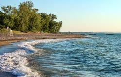 Öde strand med livräddarestolar och träd i bakgrund på den Presque ön på Lake Erie arkivbilder