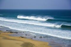 Öde strand med stora vågor Royaltyfri Bild