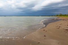 Öde strand och stormig himmel Royaltyfria Bilder