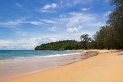 Öde strand på bambuön Arkivfoto