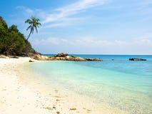 Öde strand på den Perhentian ön, Malaysia Royaltyfria Foton