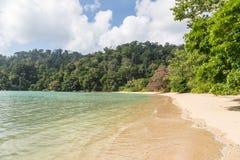 Öde strand på Pulau Tioman, Malaysia Arkivbild