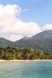 Öde strand på Pulau Tioman, Malaysia Arkivbilder