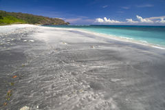 Öde svart sandstrand Arkivbilder