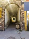 Öde tegelstenvalvgångtunnel arkivfoton