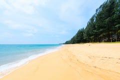Öde tropisk sandig strand Royaltyfri Fotografi