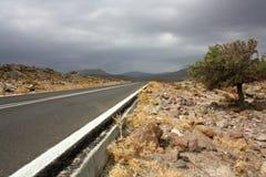Öde väg till berg på Lesvos, Grekland Royaltyfri Foto