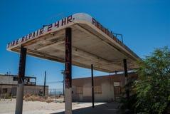 Ödelägga garaget och bensinstationen Arkivfoto