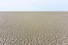 Ödelägga landskapet med sprucken jordning royaltyfri fotografi