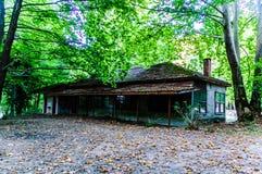 Ödelagd byggnad fördärvar i skogsmark av turkisk bygd royaltyfri fotografi