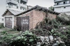 Ödelagd gammal en berättelsebyggnad fotografering för bildbyråer
