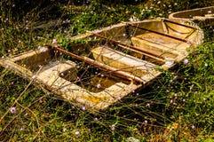 Ödelagd roddbåt i den naturliga miljön för bygd - Turkiet royaltyfria bilder