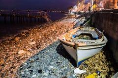 Ödelagd roddbåt på kusten royaltyfri foto