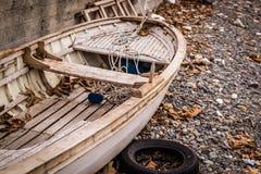 Ödelagd roddbåt på kusten royaltyfri fotografi