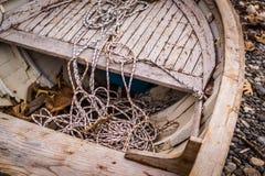 Ödelagd roddbåt på kusten fotografering för bildbyråer