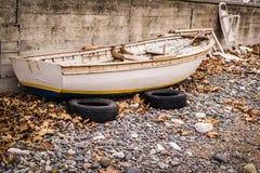 Ödelagd roddbåt på kusten royaltyfria foton