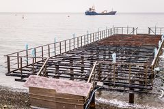 Ödelagd skeppsdocka på solnedgång med det lugna havet arkivfoton