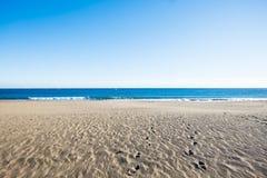 Ödelagd strand i Tenerife med gul sand och blå himmel arkivbilder