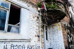 Ödelagt gammalt turkiskt hus för två berättelse royaltyfria bilder