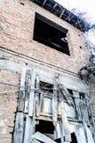 Ödelagt gammalt turkiskt hus för två berättelse arkivbild
