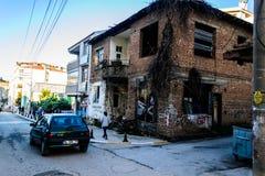 Ödelagt gammalt turkiskt hus för två berättelse royaltyfri foto