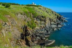 Ödlapunkt, Cornwall med fyren och klippor Arkivbilder