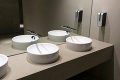 Öffentliche Toilette mit modernen Waschbecken stockfotografie
