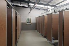 ?ffentliche Toiletten, die hygienisch sind Unter Verwendung eines lichtdurchl?ssigen Dachs Licht durch gl?nzen und einen Bel?ftun stockbild