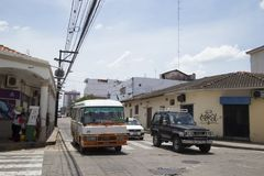 Öffentliche Transportmittel in einer zentralen Straße von Santa Cruz lizenzfreies stockbild