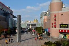 Öffentlicher Platz mit Restaurants, Shops und Skulptur außerhalb Bahnhofs Shanghais China Stockfotos