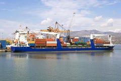 Öffentlicher Transport, ladend am Hafen Stockbild